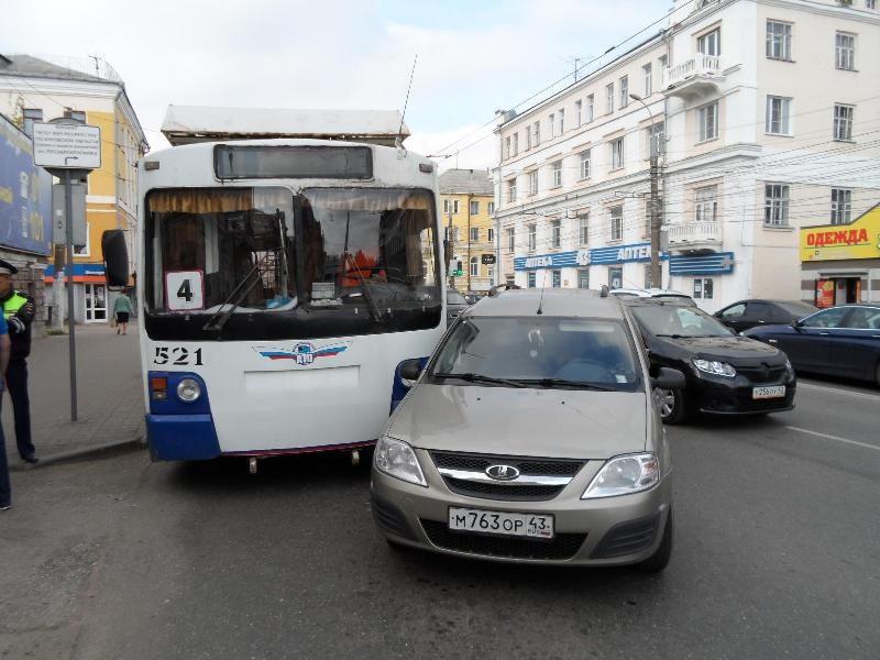 dtp trolleybus 2 В Кирове троллейбус и легковушка не поделили дорогу