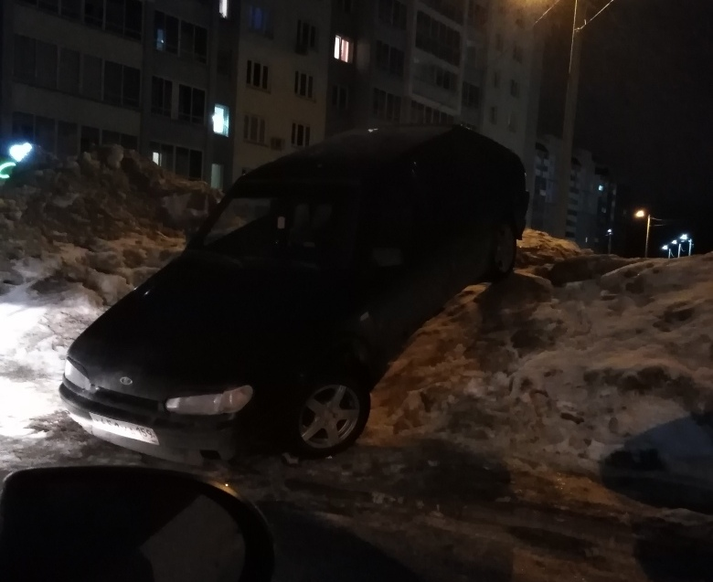 В Чистых Прудах автомобилисты паркуются на сугробах (+ФОТО)