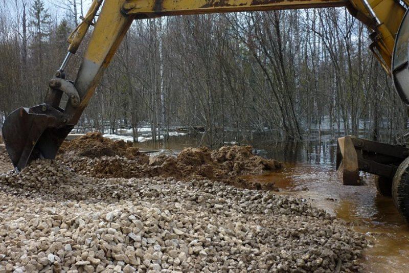 В Опаринском районе разрушенную дорогу восстановили за несколько часов
