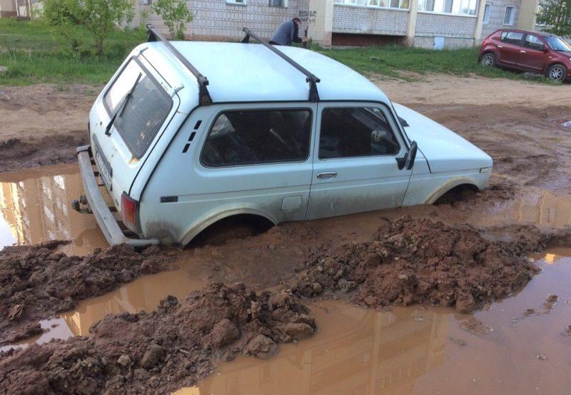 В Кирове внедорожник увяз в грязи (+ФОТО)