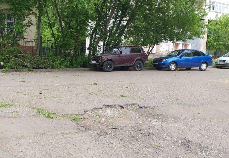 Из-за сильного ветра в Кирове пострадали несколько автомобилей (+ФОТО)