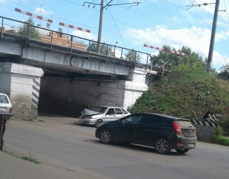 ДТП у моста в Котельниче: водитель весь в крови, но живой
