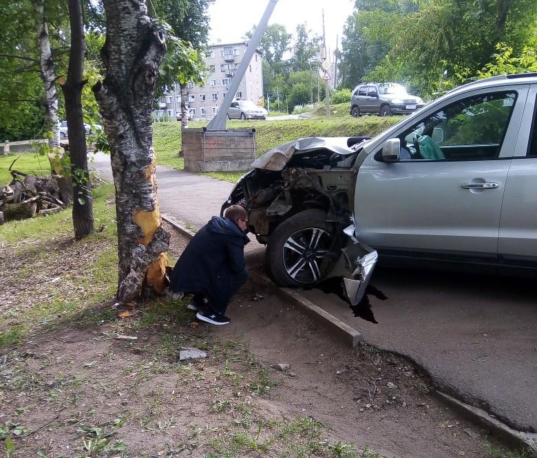 Утреннее ДТП на Лепсе: Hyundai снес ограждение и врезался в дерево (+ФОТО)