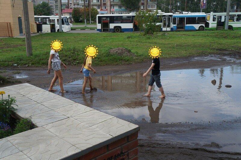 Кировчане купаются в пруду, образовавшемся рядом с городской библиотекой (+ФОТО)