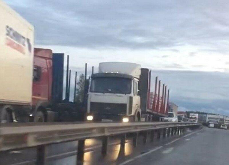 На новом мосту образовалась километровая пробка из фур (+ФОТО)