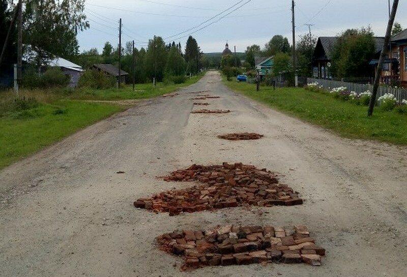 В регионе набирает популярность ремонт дорог подручными средствами