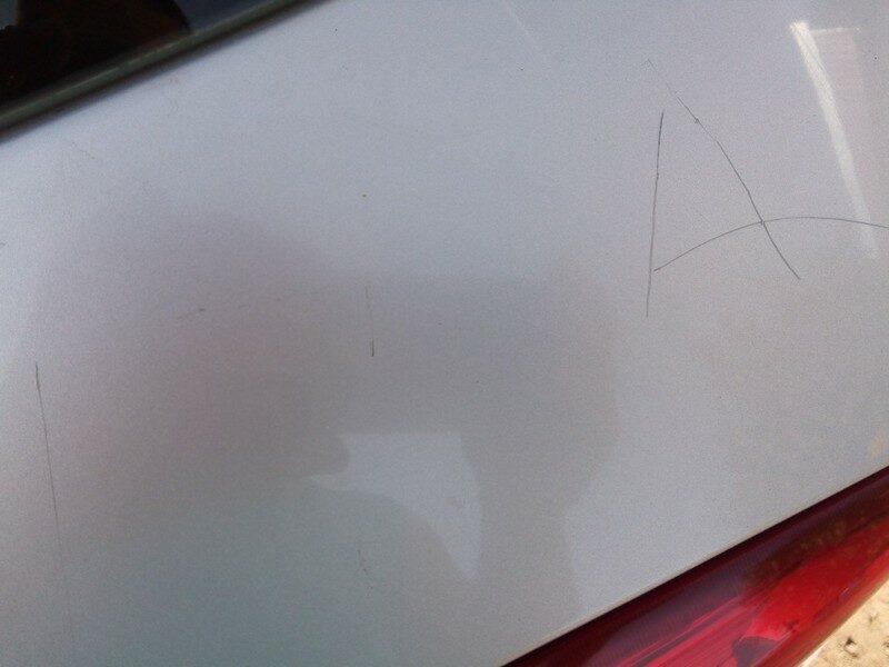 Подростки расписали автомобиль острым предметом