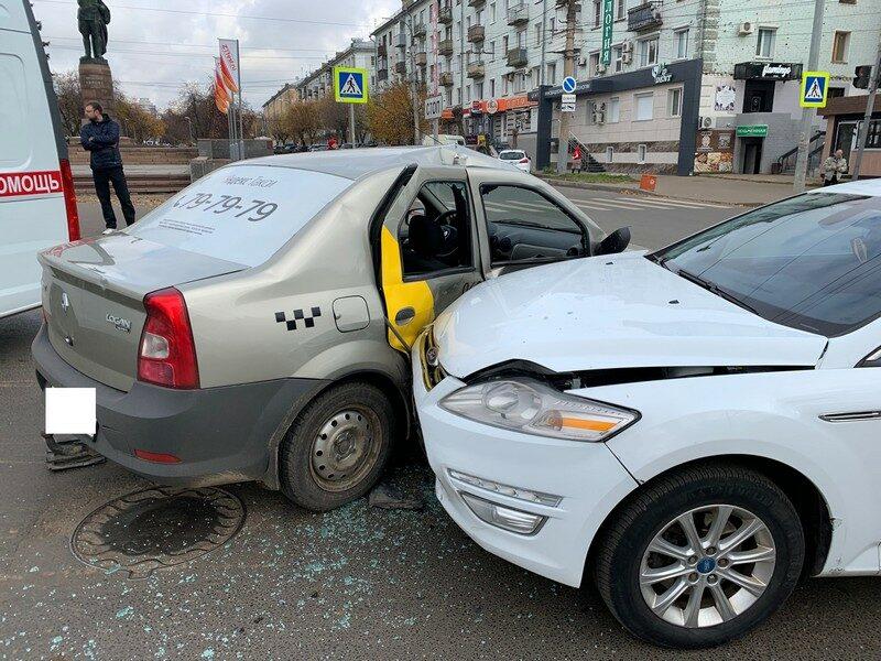 В аварии у ЦУМа в такси пострадали 3 подростка (+ФОТО)