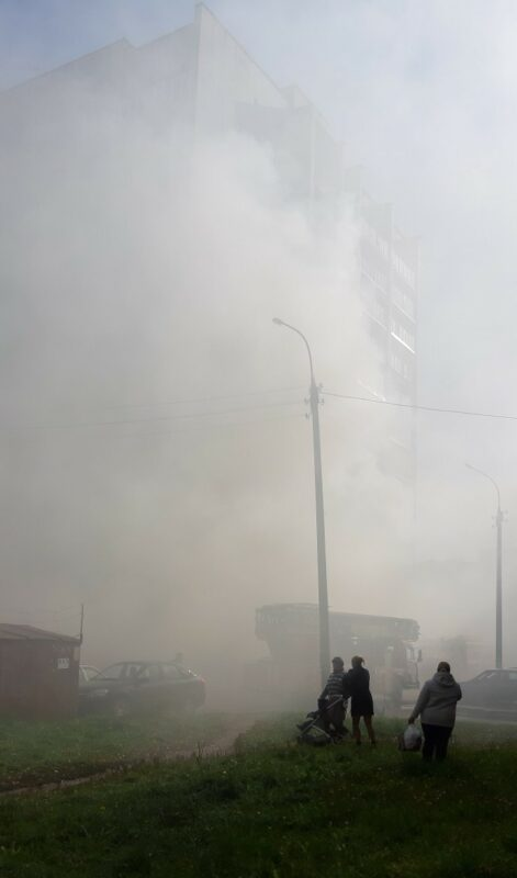 Юго-западный район заполонило дымом: прибыли скорая и пожарные машины