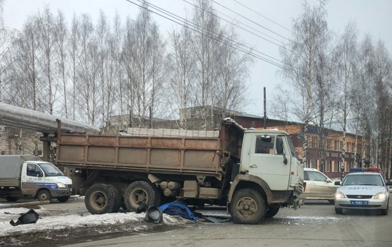 В Кирове КамАЗ врезался в «Тойоту Прадо», снес светофор и переехал пешехода