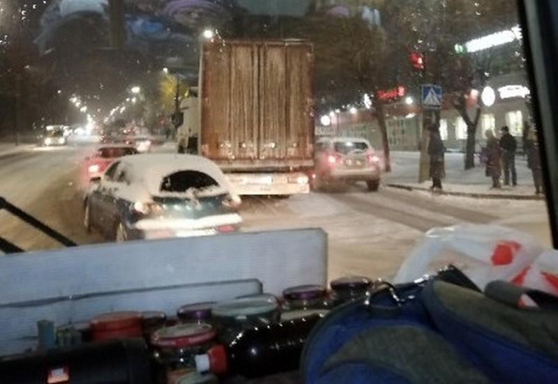 fura1 Гололед и снегопад в Кирове: обездвиженные фуры, ДТП с пострадавшими и парады пустых троллейбусов (+ФОТО)