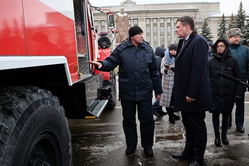 Сотрудникам МЧС вручили ключи от новых пожарных машин