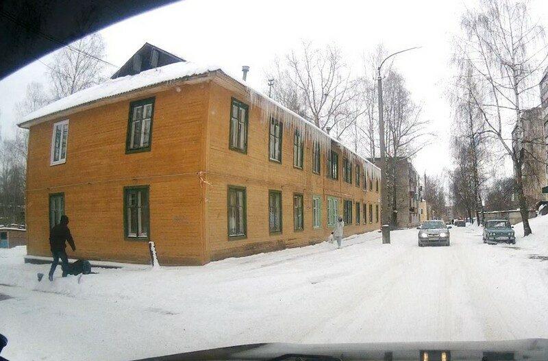 Житель Кировской области упал с крыши во время чистки снега