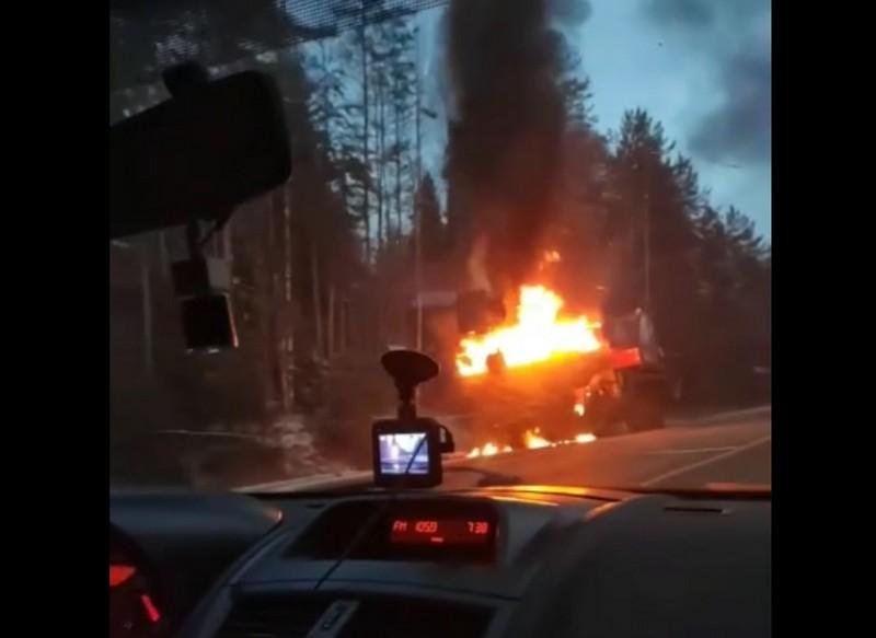 На трассе сгорел автокран: огонь мешал другим водителям