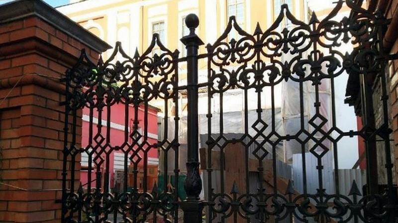 Возле Спасского собора установлена решетка, выполненная по проекту Витберга