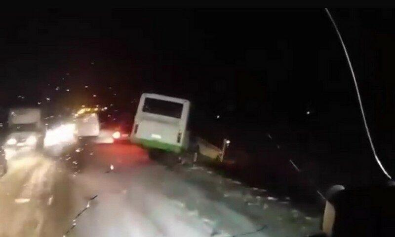 Гололед и снегопад в Кирове: обездвиженные фуры, ДТП с пострадавшими и парады пустых троллейбусов (+ФОТО)