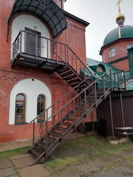 Кировский храм оформили причудливой лестницей