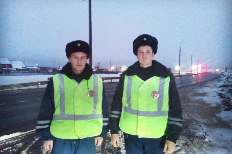 Сотрудники ГИБДД спасли водителя и его маленького сына