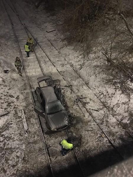 В Кирове машина вылетела с моста на рельсы: участники происшествия чудом спаслись