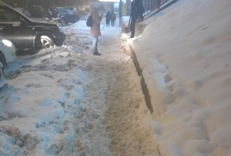 Дорожная техника завалила снегом и грязью припаркованный автомобиль