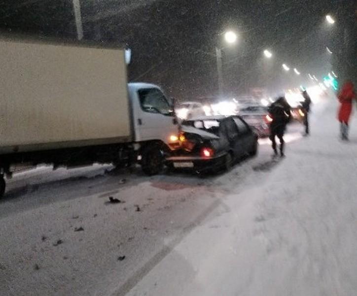В Кирове небольшой снегопад вызвал транспортный коллапс (+ФОТО)