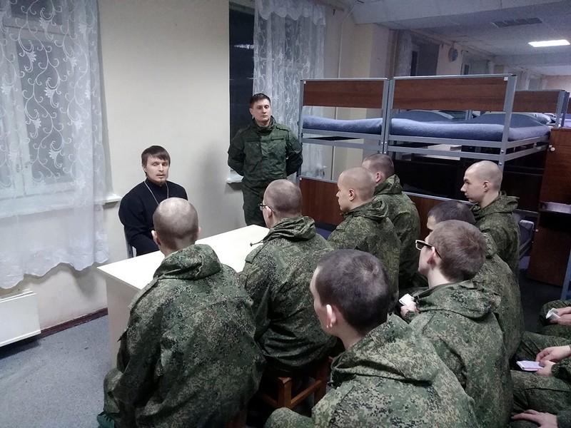Иерей Евгений Костылев поговорил с военнослужащими на тему покаяния