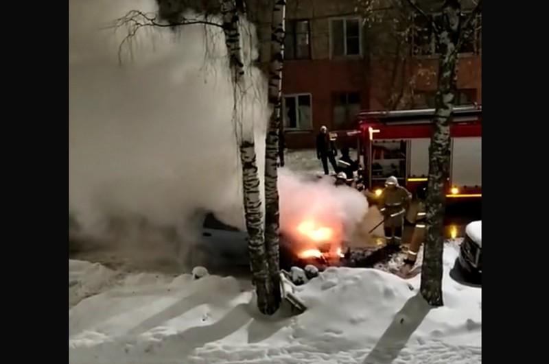 В центре города не могли потушить полыхающую машину