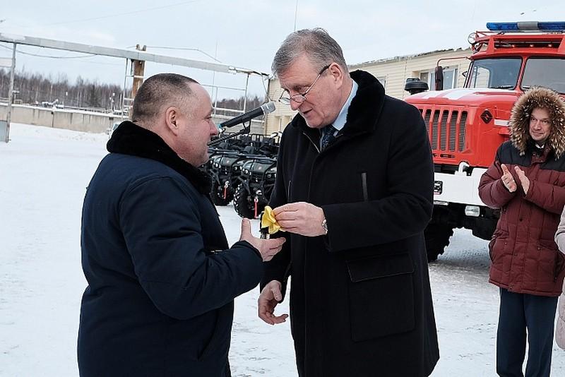 Начальники районных пожарно-химических станций получили ключи от новой спецтехники