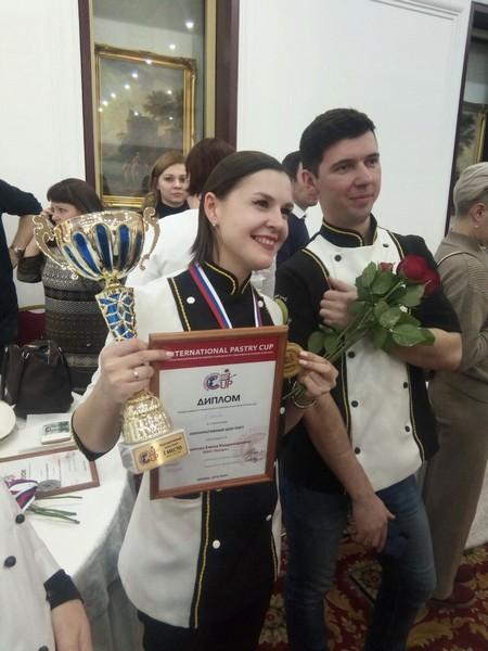Жители Кировской области за 2 недели создали торт-шедевр с освещением (+ФОТО)