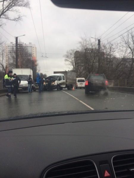 В Кирове массовая авария парализовала движение транспорта на оживлённых улицах