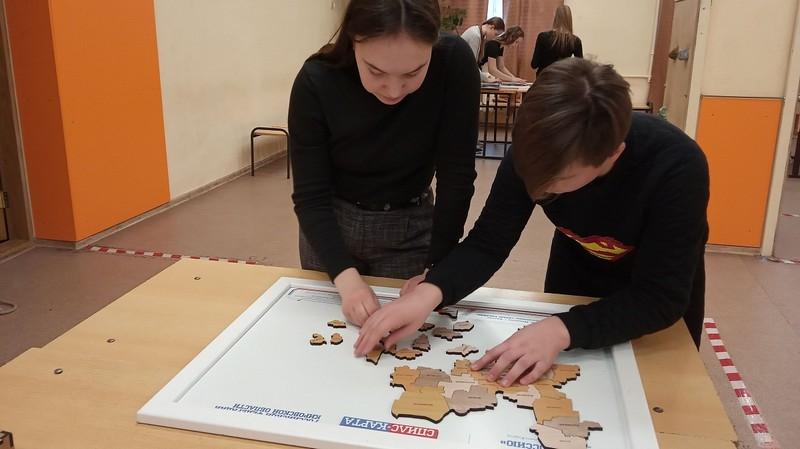 Кировская школьница быстрее всех собрала карту России