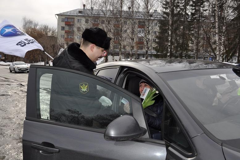 Кировские автоинспекторы и судебные приставы поздравили автоледи с праздником