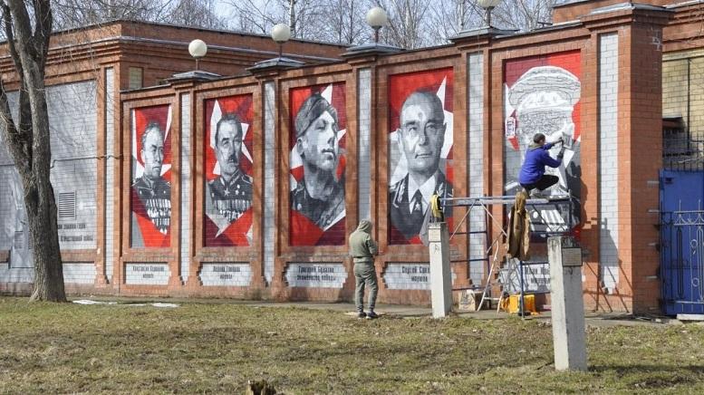 Кировский парк украсили портреты земляков-героев Великой Отечественной войны