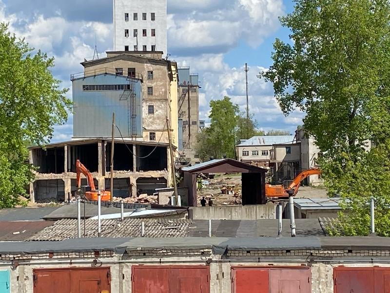 В Кирове начали сносить самое высокое промышленное здание прошлого века
