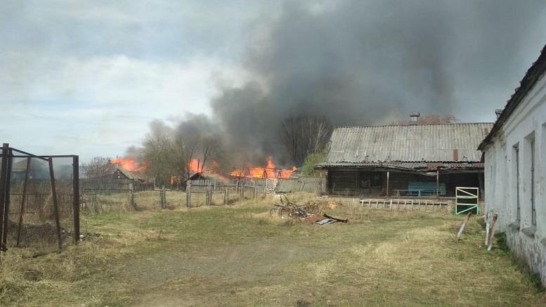 В Кировской области деревенская улица оказалась объята пламенем: погиб мужчина