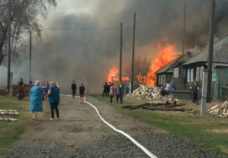 pozhar4 В Кировской области деревенская улица оказалась объята пламенем: погиб мужчина