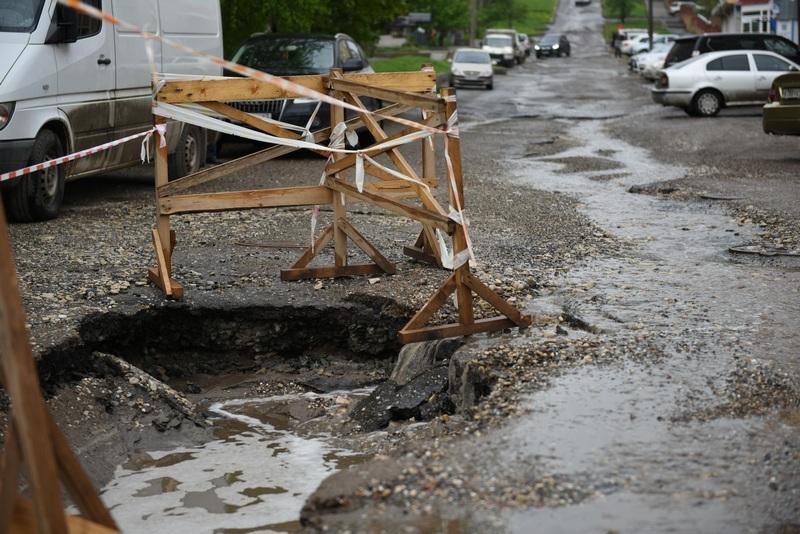 На улице Казанской засыпали провал на дороге