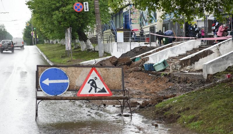 У кировского Центрального рынка ремонтируют тротуар