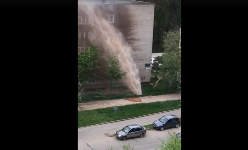 В Кирово-Чепецке из-под земли забил фонтан высотой с пятиэтажный дом