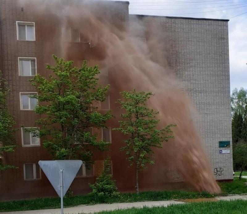 voda1 В Кирово-Чепецке из-под земли забил фонтан высотой с пятиэтажный дом