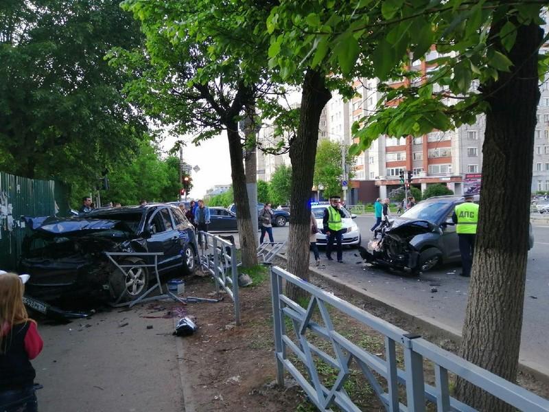 В Кирове кроссовер снёс ограждение и сбил пешехода