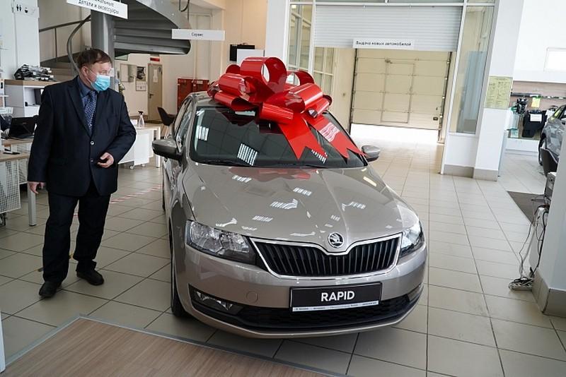 Кировскому врачу, работающему с коронавирусными пациентами, вручили автомобиль