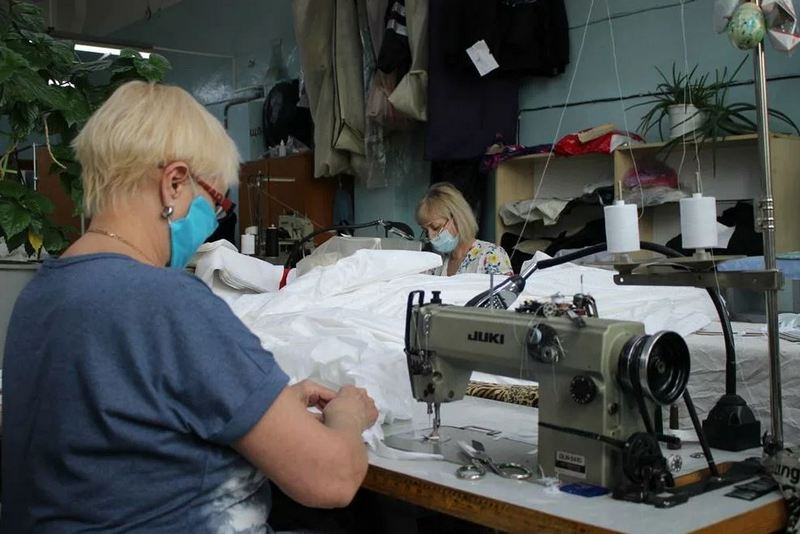 kostyumy shyut В Кировской области начали выпускать защитные медицинские костюмы