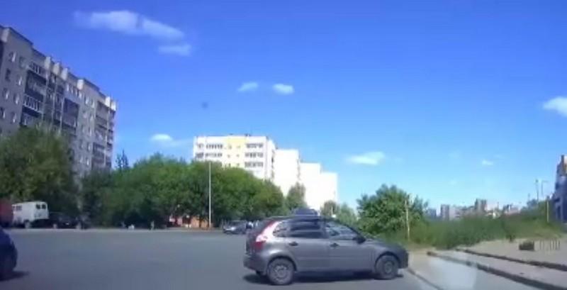 В Кировской области на оживлённой дороге ездил автомобиль без водителя