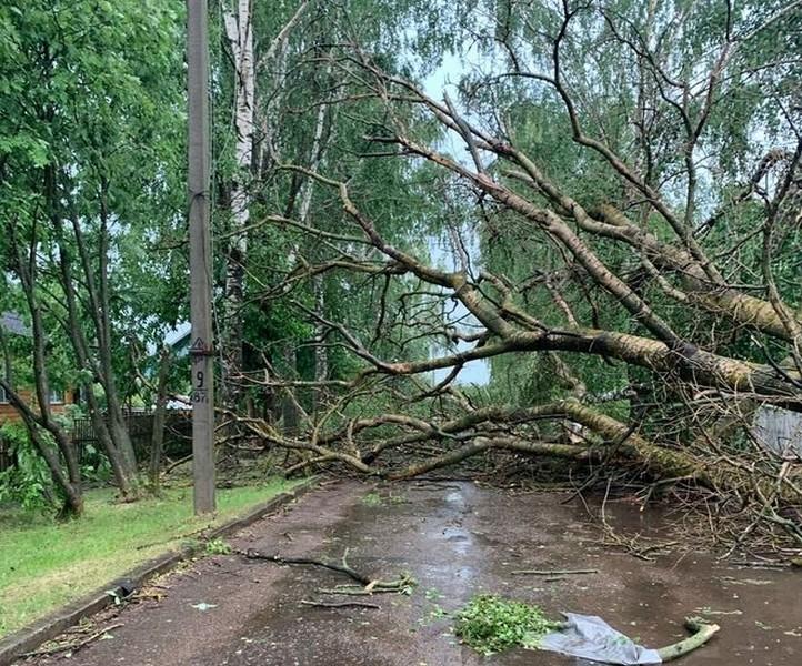 В Кировской области из-за разгула стихии повреждены здания, автомобили и целые кладбища