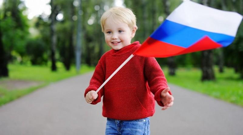 rebenok s flagom rossii Жителей Нововятска приглашают поучаствовать во флешмобе