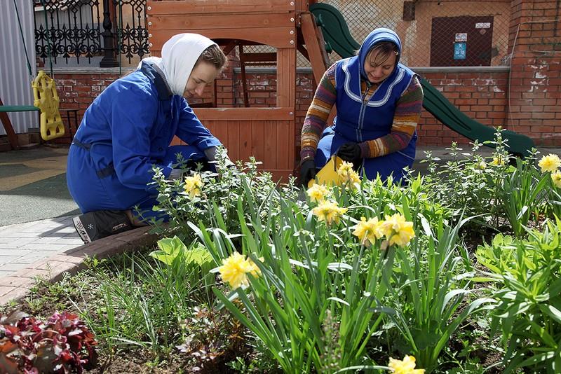 Работники храма занимаются благоустройством территории Спасского собора