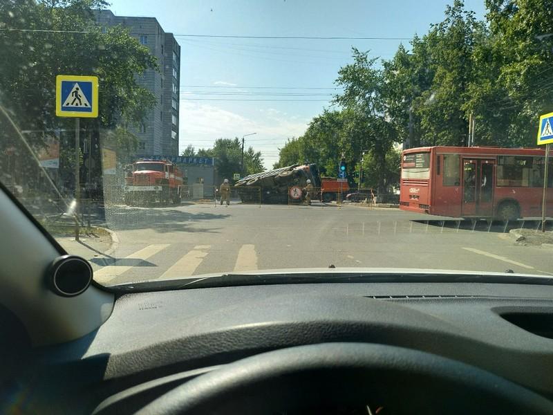 В Кирове под землю провалился грузовик с песком