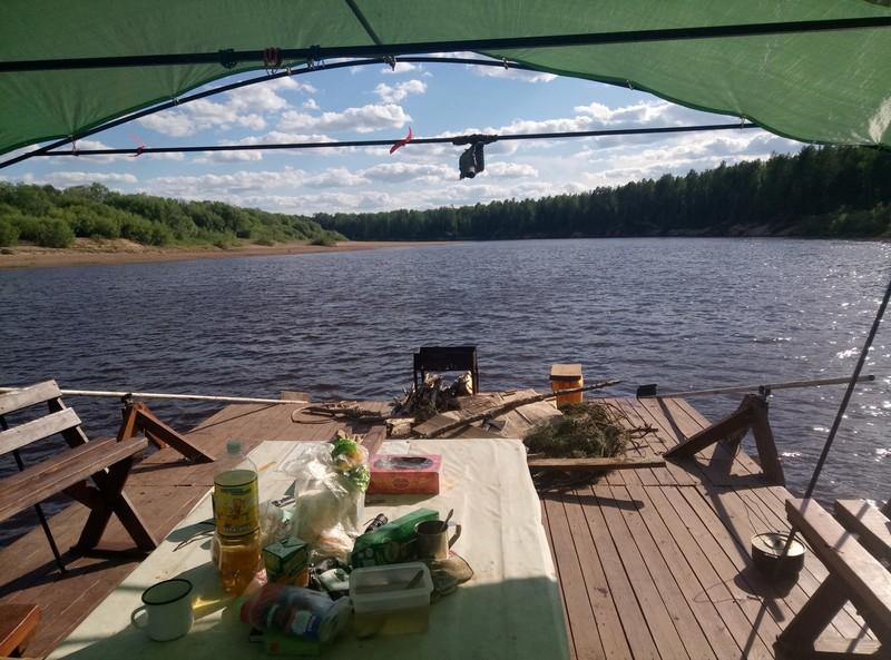 Мужчина соорудил плот и путешествует на нём по рекам Кировской области (+ФОТО)