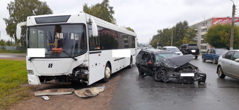 В Кирове произошло серьёзное ДТП с участием автобуса